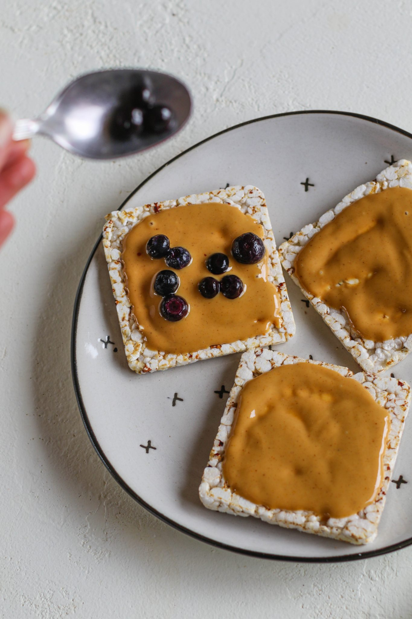 rice cakes with peanut butter and blueberries